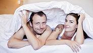 Pärchen unter der Decke © picture alliance / CTK Fotograf: Horazny Josef, Sterba Martin