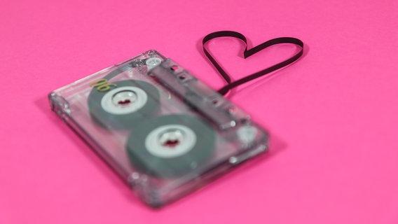 Aus dem Innenleben einer Kassette ist ein Herz gebildet. © jarts / photocase.de Foto: jarts / photocase.de