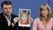 Die Eltern McCann halten auf einer Pressekonferenz ein Foto ihrer entführten Tochter in die Kameras. © dpa - Bildfunk