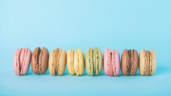 Macarons in verschiedenen Farben liegen in einer Reihe. © estherm / photocase.de Foto: estherm / photocase.de