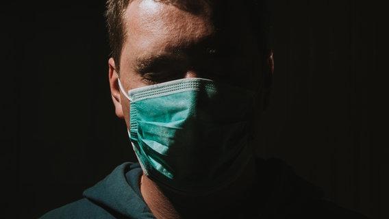 Ein Mann trägt eine Maske. © Haris Mulaosmanovic / photocase.de Foto: Haris Mulaosmanovic / photocase.de