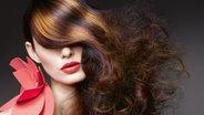 Lange Haare mit verschiedenen Tönungen © Goldwell