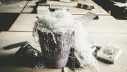 Zu sehen ist ein Mülleimer voller zerschredderter Papierstreifen in einem Büro. © Funkenschlag / photocase.de Fotograf: Funkenschlag