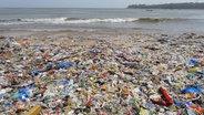 Ein Strand ist fast vollständig von Müll bedeckt. © picture alliance/ZUMA Press Foto: Subhash Sharma