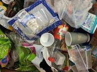 Auf dem N-JOY Müllberg liegen Plastikflaschen, Oberverpackungen, Blumenerde-Tüten und vieles mehr. © N-JOY Foto: N-JOY