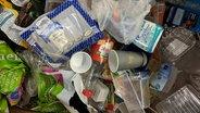 Auf einem Müllberg liegen Plastikflaschen, Oberverpackungen, Blumenerde-Tüten und vieles mehr. © N-JOY Foto: N-JOY