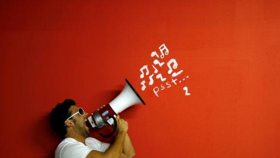 Ein Mann schreit etwas in ein Megafon. © Bastografie / photocase.de Foto: Bastografie / photocase.de