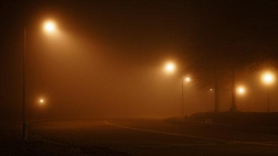 Straßenlaternen in einer nebligen Nacht. © William Pittman / photocase.de Foto: William Pittman / photocase.de