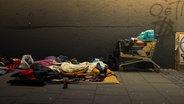 Ein Schlafplatz auf der Straße, mit Schlafsäcken und einem Einkaufswagen. © suze / photocase.de Foto: suze / photocase.de