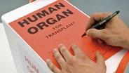 Eine Box mit einem menschlichen Organ. © DSO Foto: J. Rey