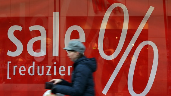 """Zu sehen ist ein rotes Schaufenster, in dem """"sale"""" und """"reduziert"""" und """"%"""" steht. © picture alliance / Oliver Berg Foto: Oliver Berg"""