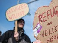 """Auf einem Schild in Herzform steht """"Refugees are welcome here"""". © imago/Florian Schuh Fotograf: Florian Schuh"""