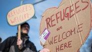 """Auf einem Schild in Herzform steht """"Refugees are welcome here"""". © imago/Florian Schuh Foto: Florian Schuh"""
