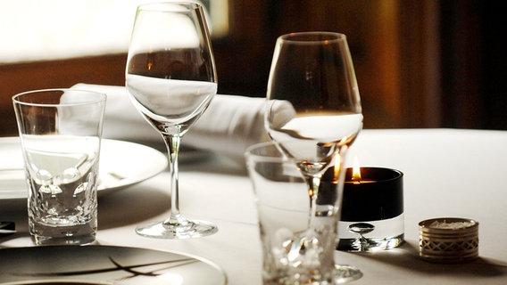 Tischgedeck im Restaurant © picture-alliance / maxppp