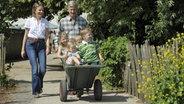 Der belgische Prinz Philippe, seine Frau Mathilde und ihre gemeinsamen Kinder ©  picture-alliance / Reporters