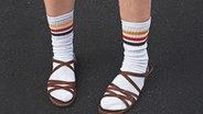 Jemand steht mit Socken und Sandalen auf der Straße. © photocase.de / jala Foto: photocase.de / jala