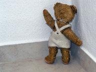 Ein Teddy-Bär dreht sich mit dem Gesicht in eine Ecke. © imago/Steinach