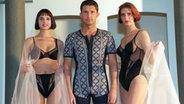 Bei der Wäsche-Dessous-Show zur Eröffnung der 9. Leipziger Modemesse trägt Steffen einen einen Baumwoll-Pyjama von Klosseck, begleitet von Arlett (l) und Jana in Bodies von excellent © dpa