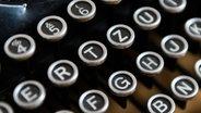 Die Tasten einer Schreibmaschine in der Nahaufnahme. © Weigand / photocase.de Foto: Weigand / photocase.de