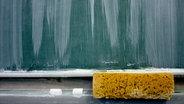 Eine Schultafel, darunter ein Schwamm und Kreide. © ohneski / photocase.de Foto: ohneski / photocase.de