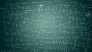 Eine grüne Schultafel mit Mathematik-Formeln. © fotolia