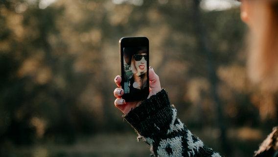 Eine Frau fotografiert sich selbst. © daviles / photocase.de Foto: daviles / photocase.de