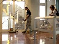 Zwei Reinigungskräfte bei der Arbeit. © NDR/7 Tage Foto: Benjamin Arcioli