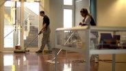 Zwei Reinigungskräfte bei der Arbeit. © NDR/7 Tage Fotograf: Benjamin Arcioli