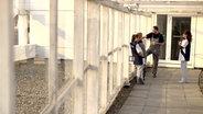 Pause von einer Putzkolonne. © NDR/7 Tage Fotograf: Benjamin Arcioli