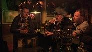 Männer in Kneipe am Tresen. © Stefanie Gromes/NDR Fotograf: Stefanie Gromes