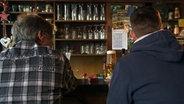 Zwei Männer am Tresen. © Stefanie Gromes/NDR Fotograf: Stefanie Gromes