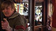 Mann vor Spielautomat in Kneipe. © Stefanie Gromes/NDR Fotograf: Stefanie Gromes