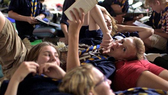 Lesende Pfadfinder. © NDR/Benjamin Arcioli Foto: Benjamin Arcioli