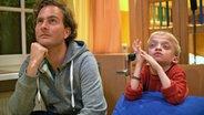 Ein Mann sieht mit einem Kind fern. © NDR/Nikolas Müller Foto: Nikolas Müller