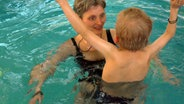 Eine Frau mit einem Kind im Schwimmbad. © NDR/Nikolas Müller Foto: Nikolas Müller