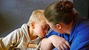 Ein Kind schmiegt sich an eine Frau. © NDR/Nikolas Müller Fotograf: Nikolas Müller