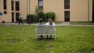 Ein Mann und eine Frau auf einer Bank. © NDR/Timo Grosspietsch Foto: Timo Grosspietsch