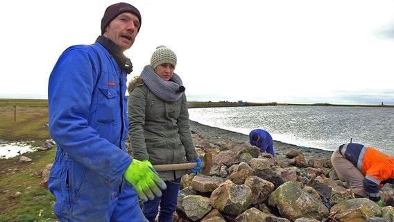 Zwei Personen beim Küstenschutz. © NDR/Lars Kaufmann Foto: Lars Kaufmann