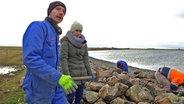 Zwei Personen beim Küstenschutz. © NDR/Lars Kaufmann Fotograf: Lars Kaufmann