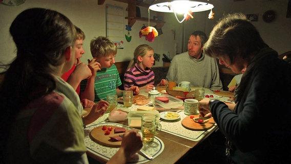 Eine Familie beim Abendessen. © NDR/Lars Kaufmann Foto: Lars Kaufmann