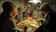 Eine Familie beim Abendessen. © NDR/Lars Kaufmann Fotograf: Lars Kaufmann