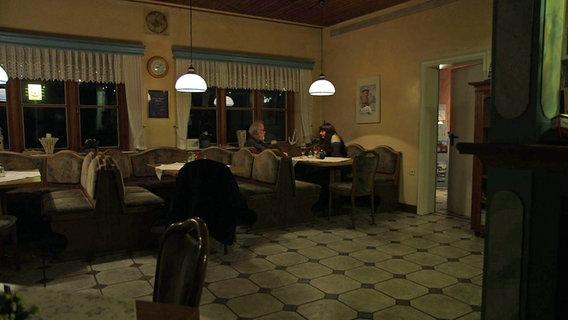 Zwei Personen in einem Gasthaus. © NDR/Lars Kaufmann Foto: Lars Kaufmann