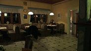 Zwei Personen in einem Gasthaus. © NDR/Lars Kaufmann Fotograf: Lars Kaufmann