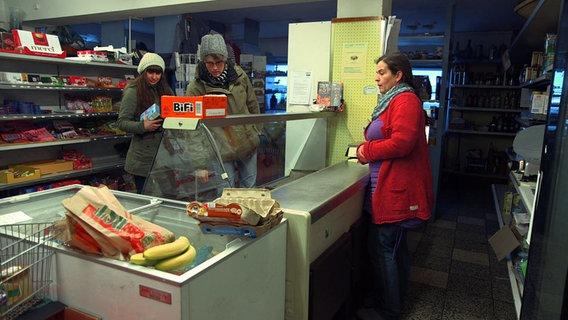Frauen in einem Kaufmannsladen. © NDR/Lars Kaufmann Foto: Lars Kaufmann