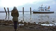 Eine Frau steht am Ufer. © NDR/Lars Kaufmann Foto: Lars Kaufmann