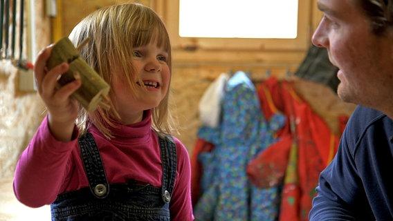 Ein Mädchen beim Basteln. © David Hohndorf/NDR Foto: David Hohndorf