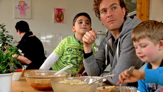 Kinder in der Kita beim Mittagessen mit Erzieher. © David Hohndorf/NDR Foto: David Hohndorf