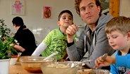 Kinder in der Kita beim Mittagessen mit Erzieher. © David Hohndorf/NDR Fotograf: David Hohndorf