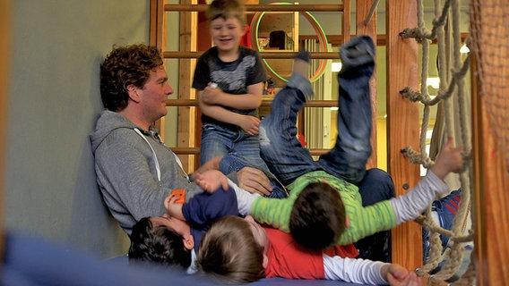 Kinder bei Toben in der Kita mit Erzieher. © David Hohndorf/NDR Foto: David Hohndorf