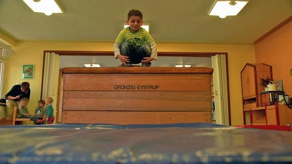 Ein Kind im Bewegungsraum der Kita. © David Hohndorf/NDR Foto: David Hohndorf